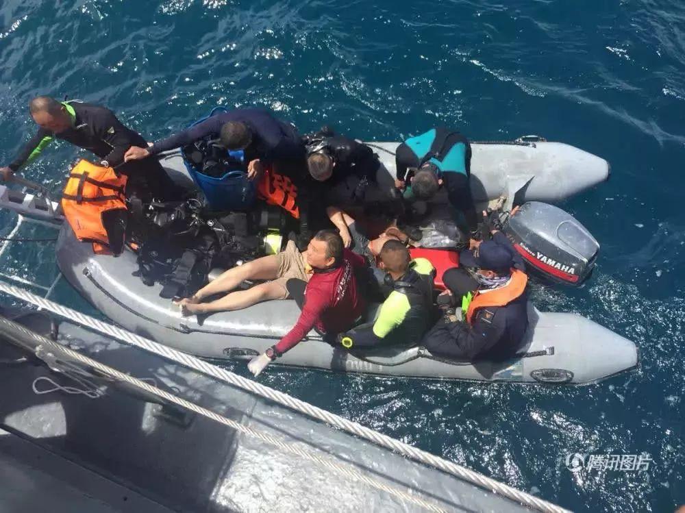 7月5日,在泰国普吉府普吉岛附近海域,翻船事故中游客被救起.