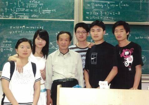 新中国首批博士、东华大学理学院退休教授李绍宽数十年躬身育人
