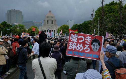 14日,数万民众聚集在日本国会外举行示威活动,要求安倍下台。(法新社)