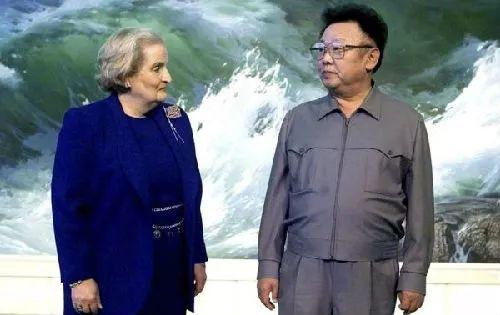时任美国国务卿奥尔布赖特同当时朝鲜最高领导人金正日会面