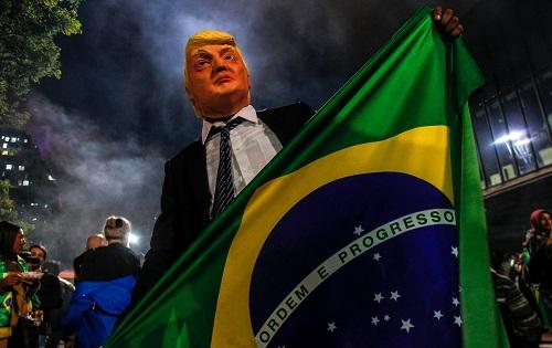 胜利头�_博索纳罗的支持者28日在圣保罗头戴特朗普的面具庆祝胜利(法新社)