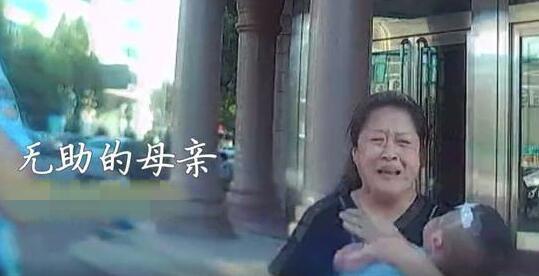 绝望母亲街头哭喊救救我的孩子 街头上演暖心一幕