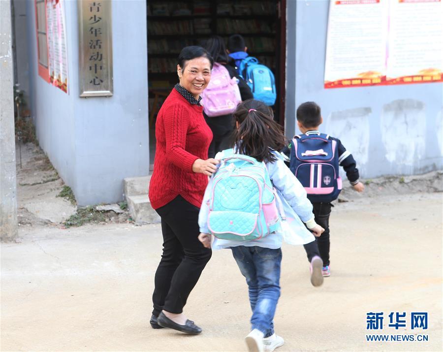 """退休教师万美兰和她的""""儿童之家"""""""