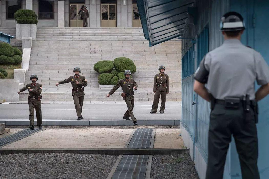 ▲资料图片:一名联合国军司令部士兵看着朝鲜士兵走向板门店朝韩分界线。(美国《纽约时报》)