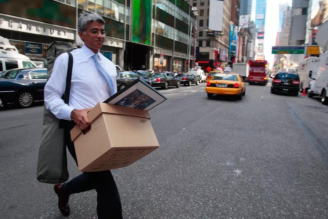 ▲資料圖片:2008年,雷曼兄弟申請破產後,一名僱員離開公司紐約總部。(蓋帝圖像)