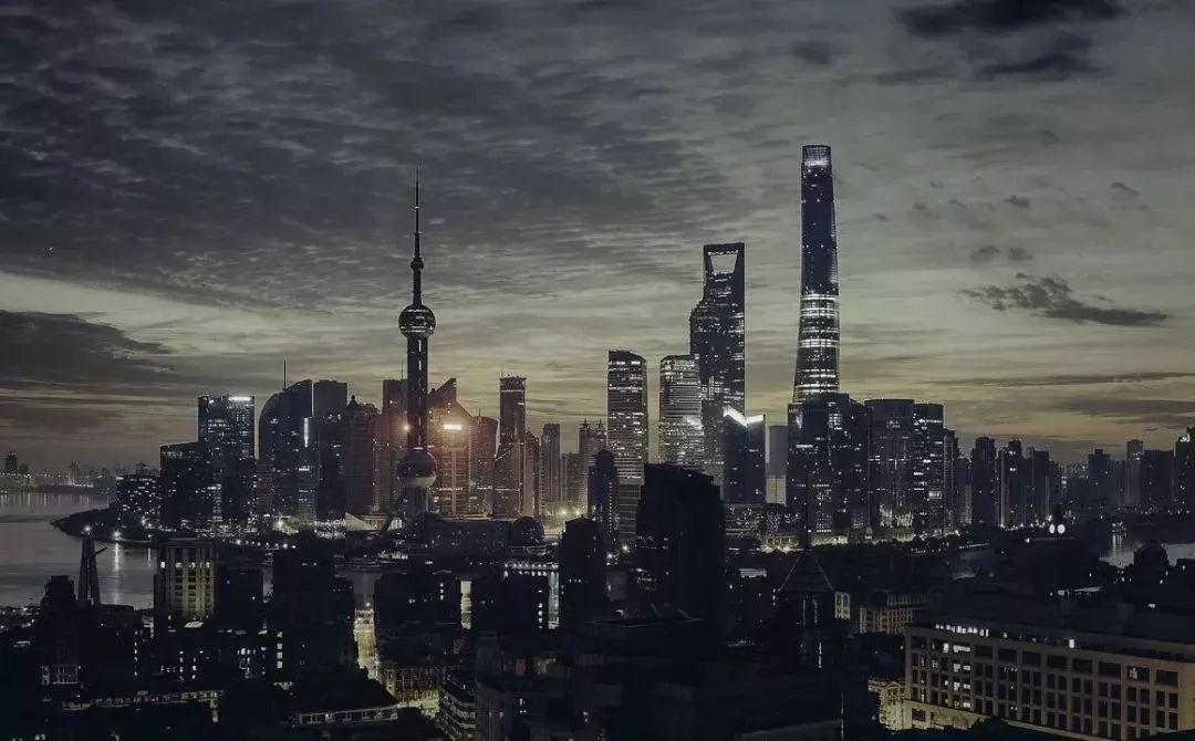 上海的夜景极具未来感。