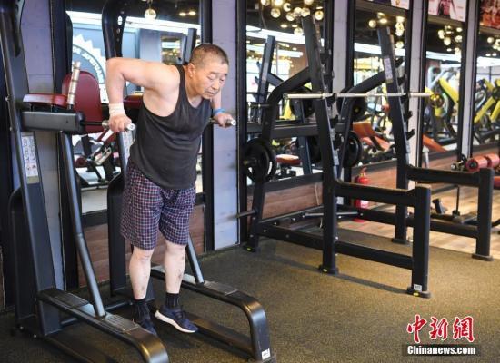 资料图:长春患癌老人刘敬伟坚持健身13年,练出健康成年轻人偶像。张瑶 摄