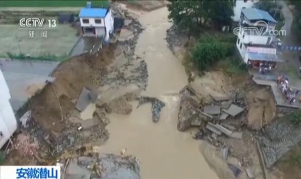 安徽潜山暴雨致山洪 九井河桥被冲垮105国道中断