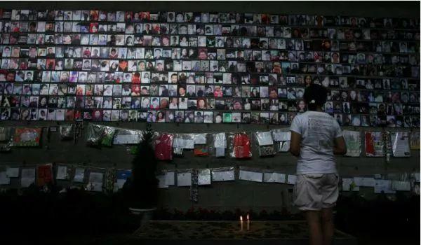 ▲建川博物馆里一个女孩站在纪念墙前。