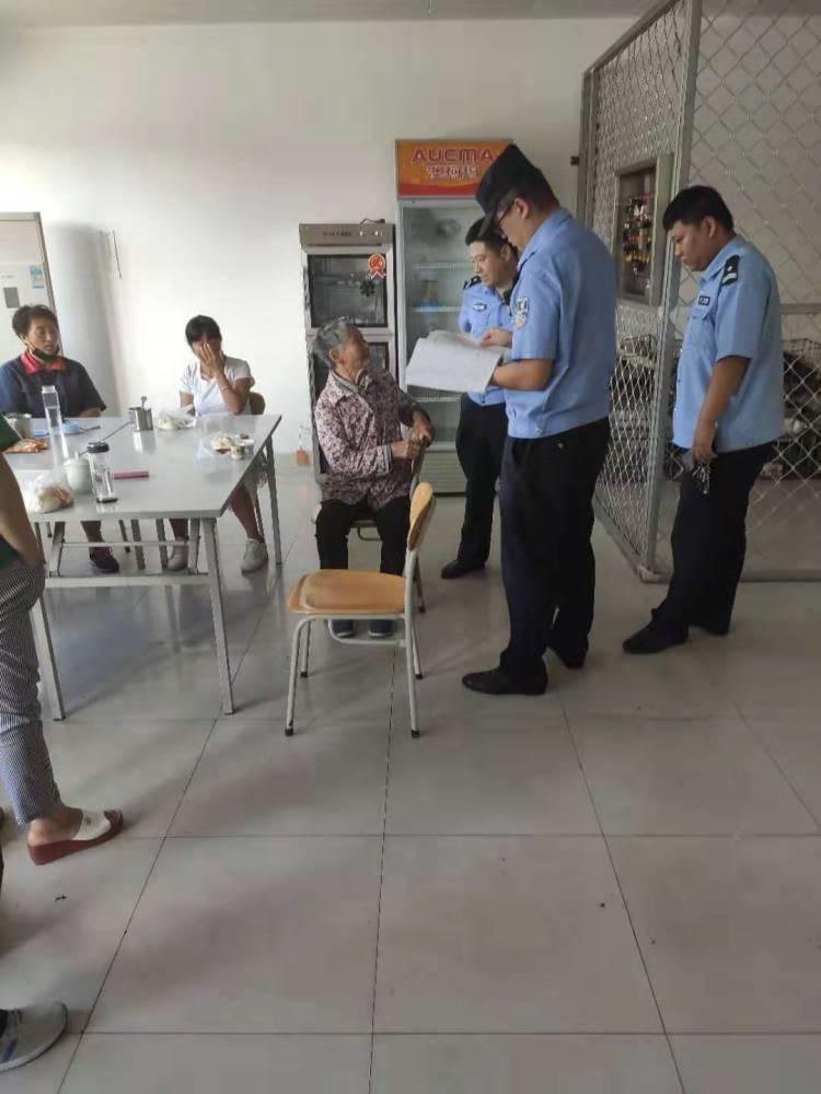 青岛一八旬老人中秋节迷路 警民联手送她回家