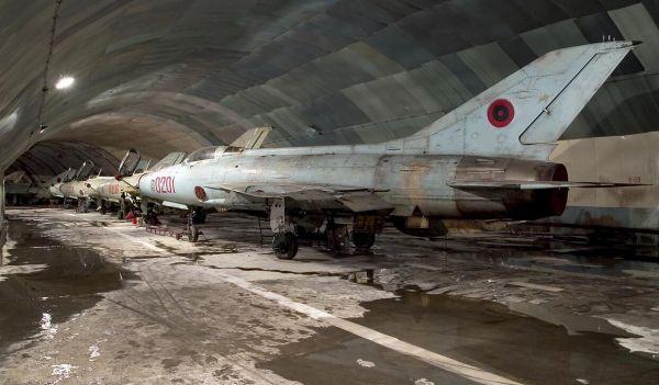 資料圖片:隱藏在地下基地中的米格-21機羣。(圖片來源於網絡)