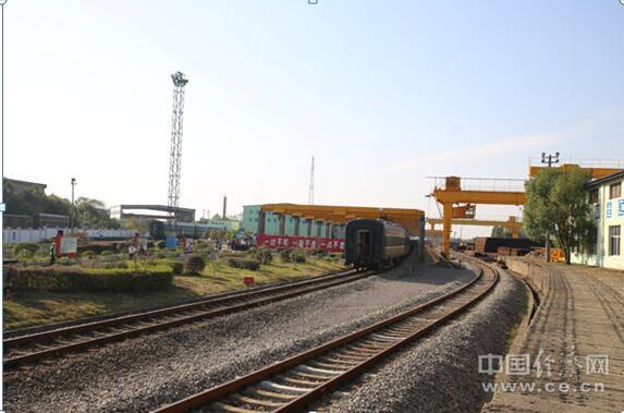 """探秘""""高铁的起点"""":看500米长轨如何诞生"""
