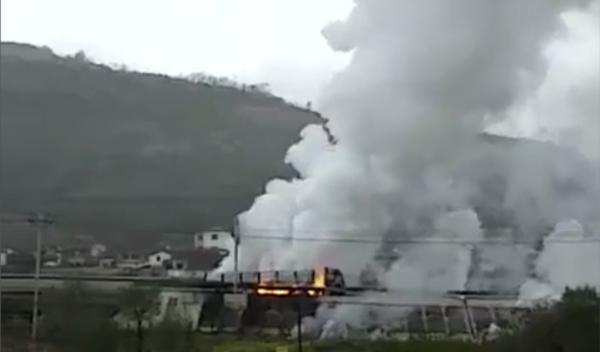甘肃天水两货车追尾起火致一人死亡五硫化二磷泄漏 。 截屏图
