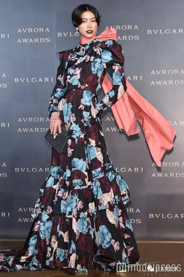 日本女星里很少有敢这么穿的!果然还是要身高在线才能hold住啊!