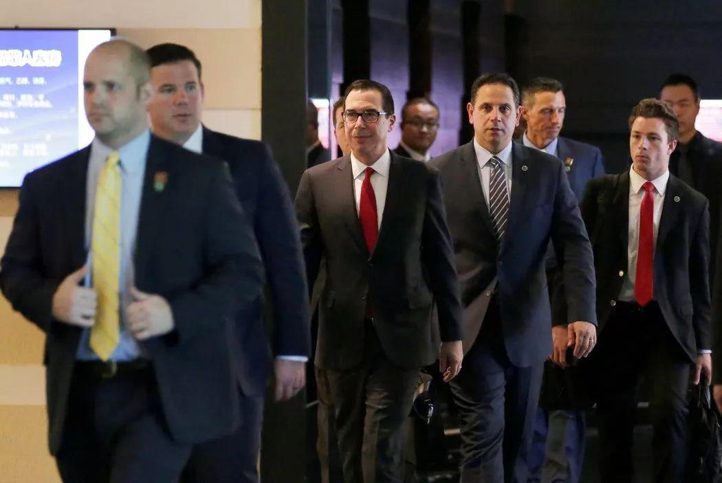 ▲美国财长姆努钦(戴眼镜者)和美国代表团的其他成员近日在北京参加贸易谈判。(路透社)
