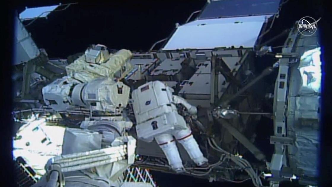 两名美国女宇航员出舱修复空间站