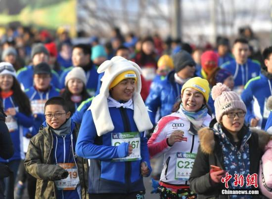 资料图:国内马拉松赛事发展火热,但也问题不少。中新社记者 刘新 摄