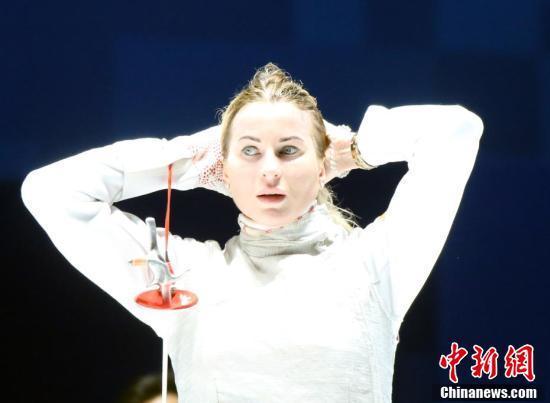 俄罗斯选手因娜·德日格拉佐娃获得武汉军运会女子花剑个人赛金牌