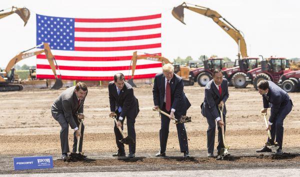 资料图片。当地时间2018年6月28日,美国总统川普亲赴威斯康星州,与鸿海董事长郭台铭共同出席富士康工厂的动工典礼。(视觉中国)