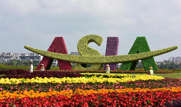 2018年3月31日,海南琼海,工作人员在亚洲论坛会议中心广场养护花草。 视觉中国 图