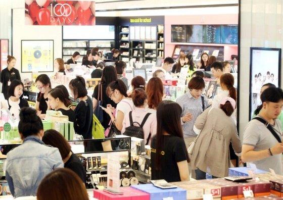 资料图:韩国一免税店内,挤满外国游客。(Money Today 网站)