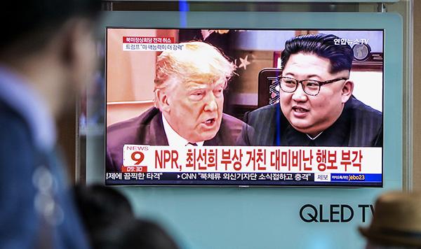 当地时间2018年5月25日,韩国首尔,美国总统特朗普宣布取消朝美首脑会谈,民众关注电视报道。视觉中国 图