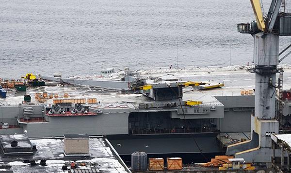 """塔吊砸中俄羅斯航母""""庫茲涅佐夫""""號的飛行甲板。"""