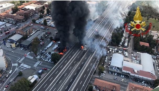意大利博洛尼亚机场附近发生油罐车爆炸事故