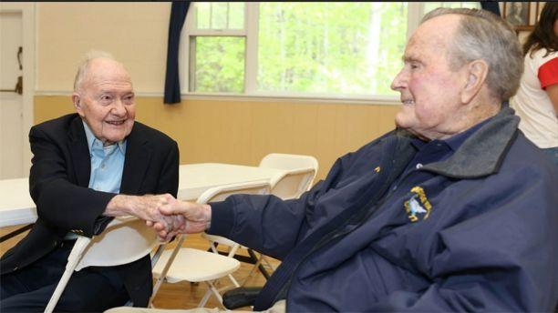 老布什(右)周六参加活动留影(布什办公室)
