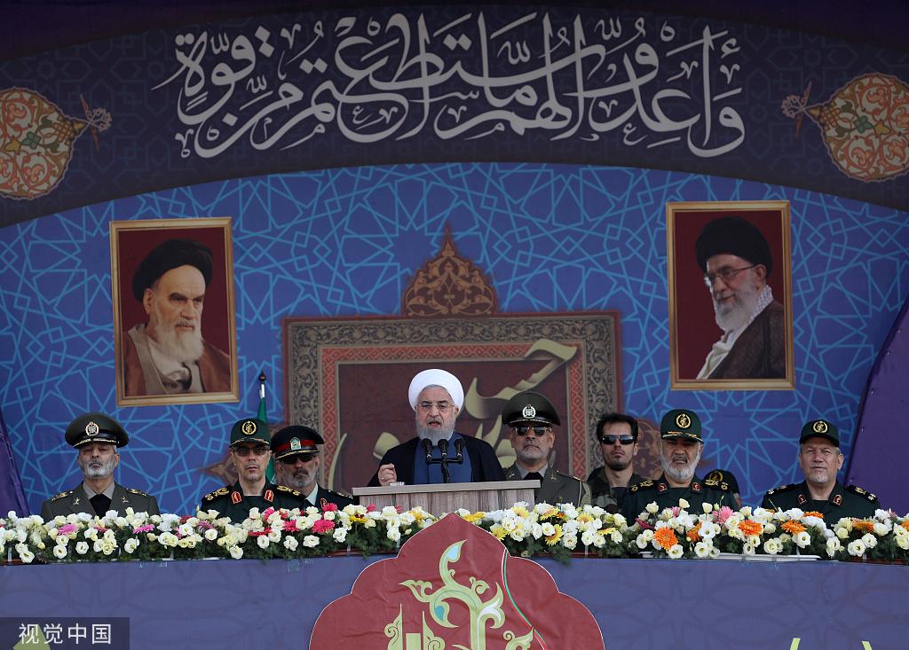 本地工夫22日伊朗德乌兰,伊朗迎去年度国防周,总统鲁哈僧列席阅兵式并颁发电视发言 @视觉中国