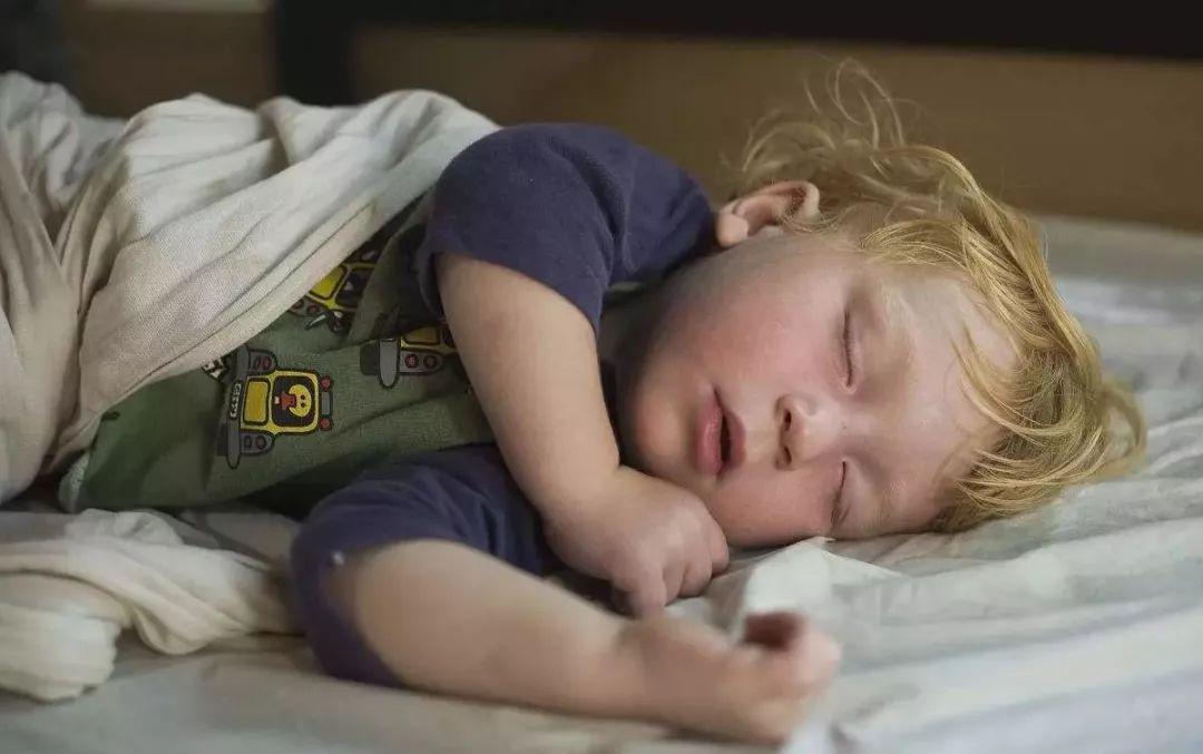 宝宝睡觉不踏实,可能是因为你做了这件事