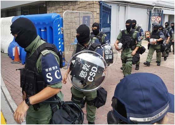 """这些特警的装备上写有""""惩教""""、""""特务警员""""字样(图片来源:香港""""东网"""")"""