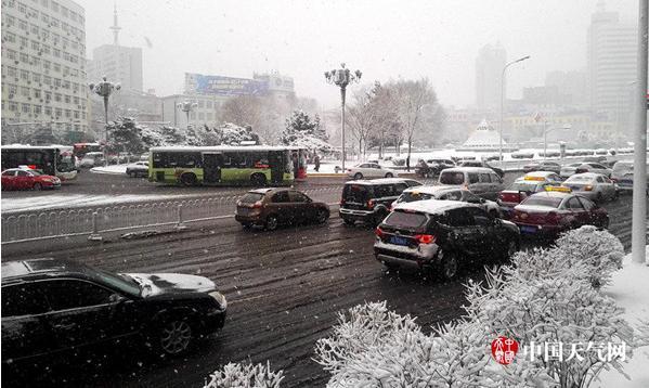 受寒潮影响,15日,辽宁本溪雨雪齐袭。(吴英杰 摄)