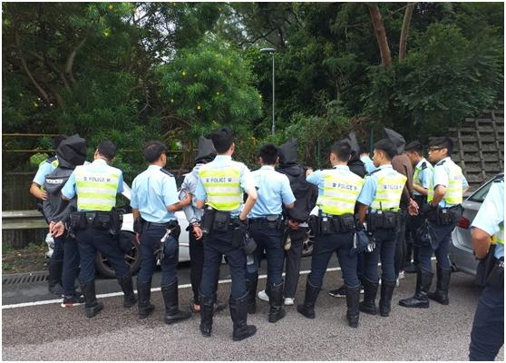 9月1日,港警正在粉岭公路逮5人。(图片滥觞:东网)