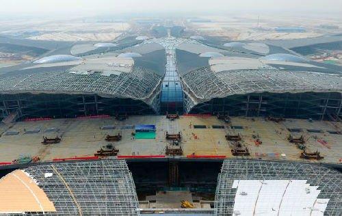4月28日,工作人员在北京新机场航站楼前高架桥上施工(无人机拍摄)。新华社记者 张晨霖 摄