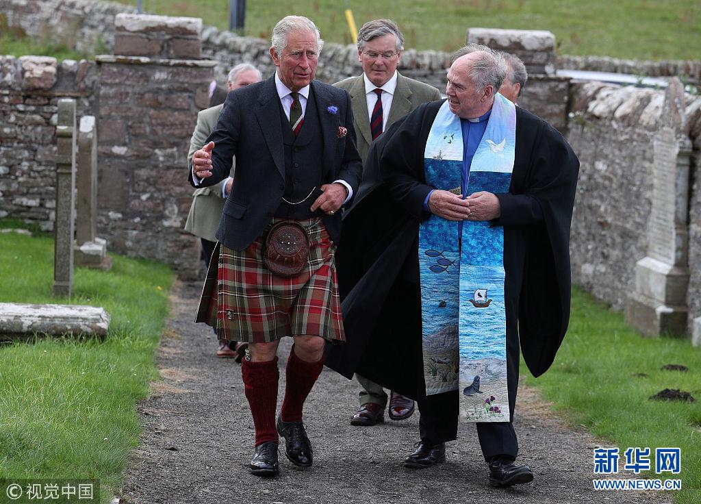 英国威尔士亲王访问苏格兰 穿方格裙造访教堂