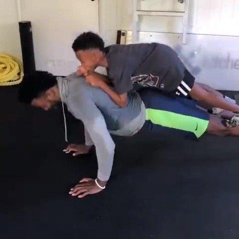 这力量可以!乔丹-贝尔背着自己的小外甥做俯卧撑