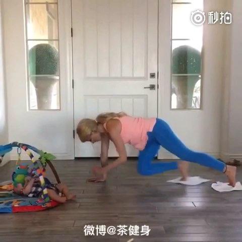 辣妈照看宝宝的同时拿两条毛巾就能训练腹肌,每个动作训练40秒,动作之间休息20秒,训练3-5组。