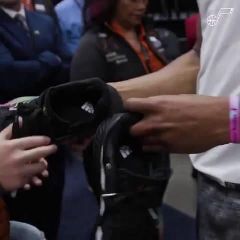 米切尔送鞋给小球迷