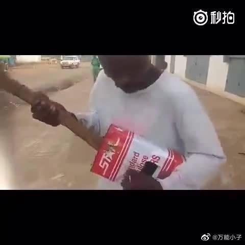 这是世界上最贫穷国家之一——利比里亚的街头的一位盲人歌手,