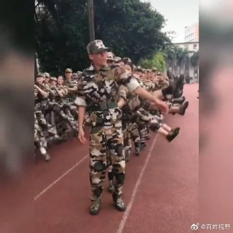 军训集体跳兔子舞,前面的同学太皮了。