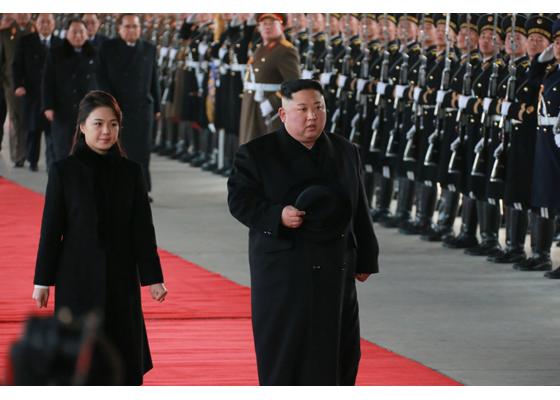 7日,金正恩和夫人李雪主出发前往中国。(图片:《劳动新闻》)
