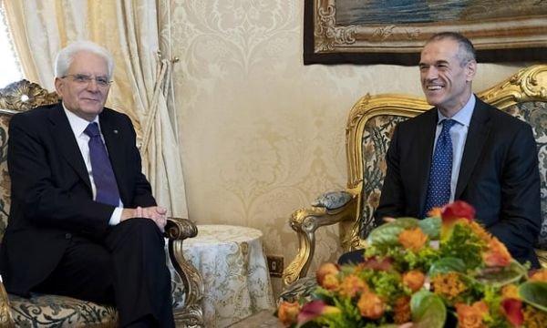 图为意大利总统马塔雷拉授权总理卡洛·科塔雷利组阁新一届政府。