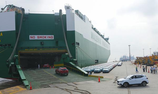 """上海制造""""电动车大举进军欧洲 500辆上汽名爵SUV发运"""
