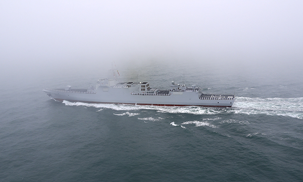 """这是4月23日拍摄的""""南昌""""号导弹驱逐舰。新华社 图"""