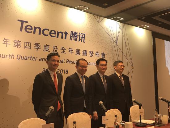 马化腾(左三)出席腾讯业绩发布会