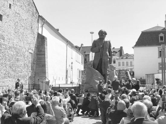 5日,中德两国代表共同为马克思雕像揭幕。冯雪�B摄