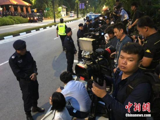"""6月12日,""""金特会""""在新加坡正式登场。美国总统特朗普和朝鲜最高领导人金正恩将在新加坡实现历史性握手。会晤地点嘉佩乐酒店周边人行路已经围档,有大量记者守候在酒店外等候。中新社记者 刘震 摄"""