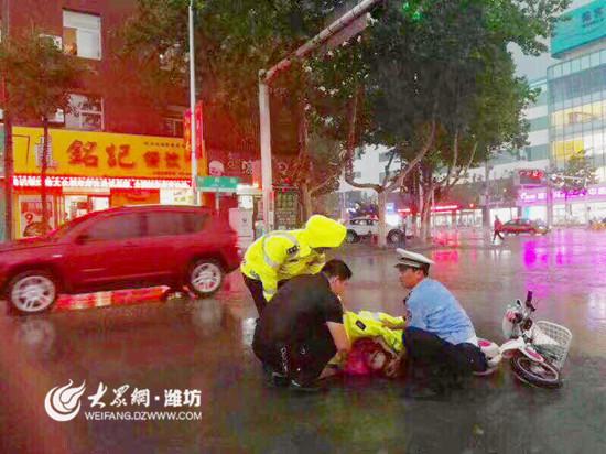 高密大雨+冰雹 他将雨衣脱给伤者用身体护住伤者头部