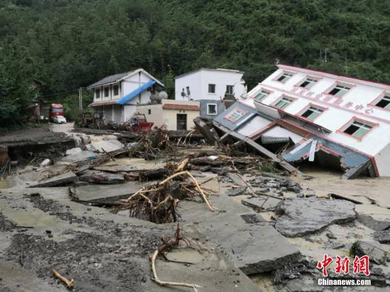 四川平武坝子乡场镇遭暴雨袭击,三层楼房被冲倒。平武宣传部提供